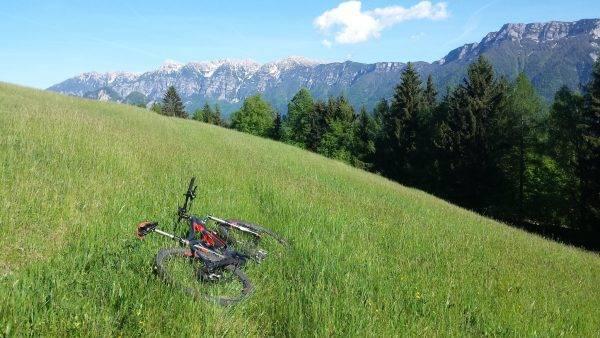 Nel prato di monte il meritato riposo per la generosa e-bike